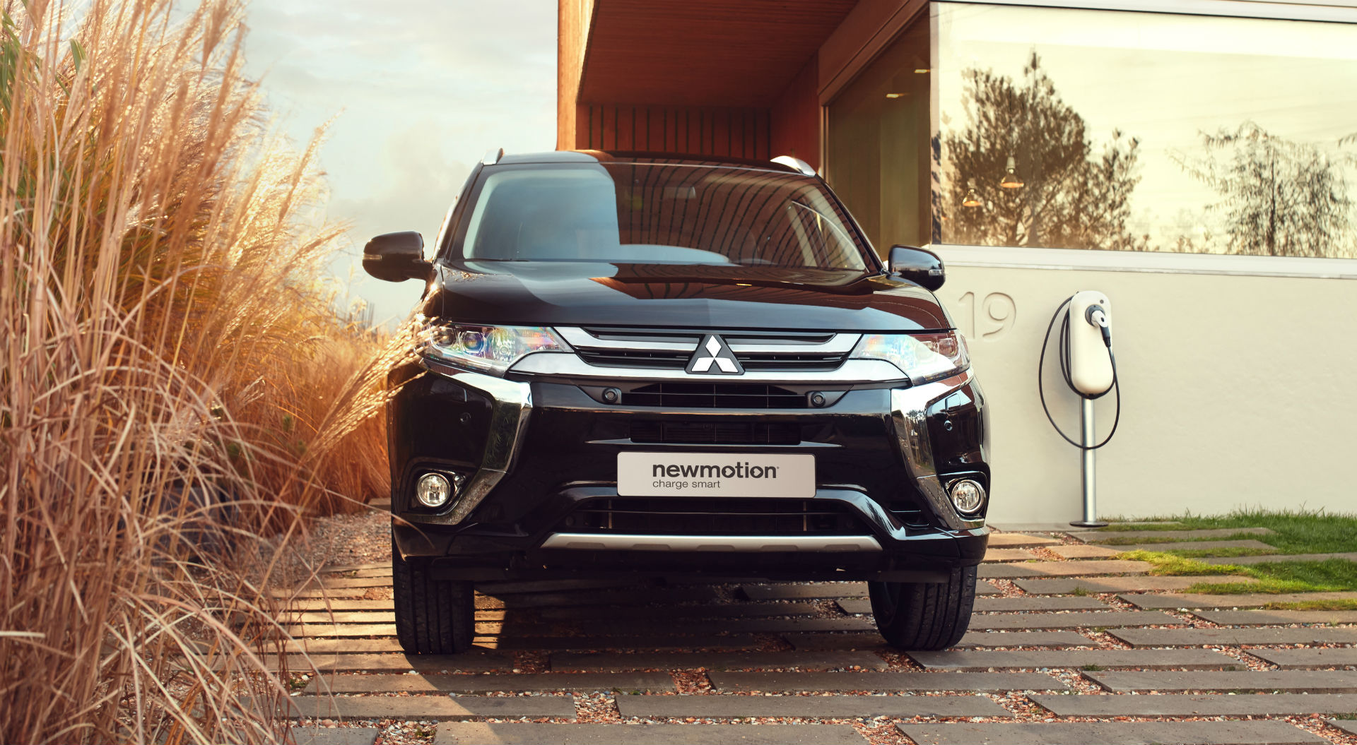 Mitsubishi Outlander PHEV 2017 - The New Motion